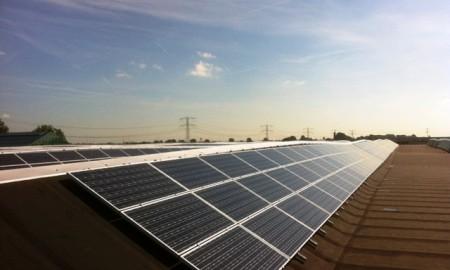 Zonne panelen geplaatst op schuin dak